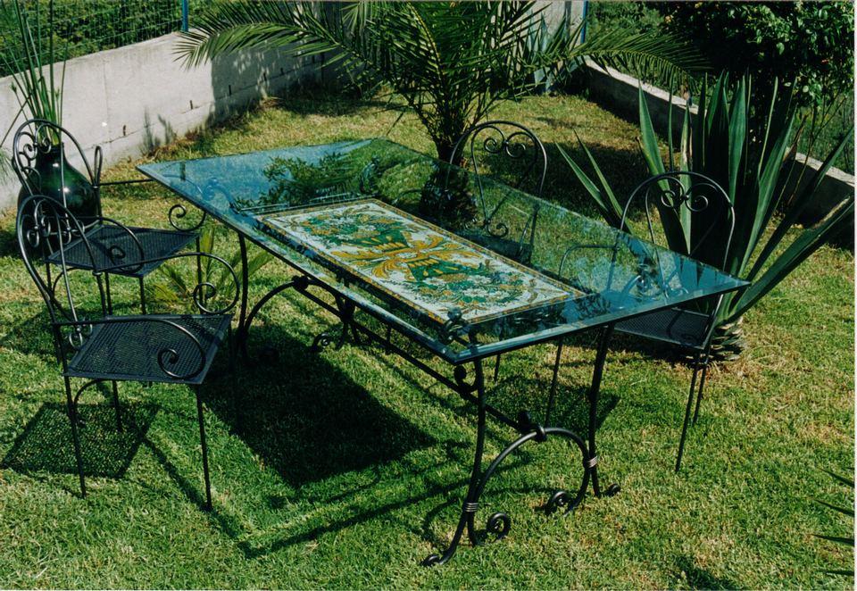 Basi In Ferro Per Tavoli Da Giardino.Tavoli Da Giardino In Ferro Battuto E Ceramica Carino Tavoli Da