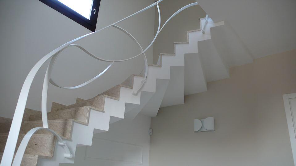 Ringhiere scale interne moderne casa a borgo medievale di - Ringhiere da interno moderne ...